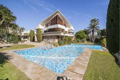 Villa with an amazing swimming pool and a perfect wine celler